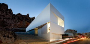 House-on-the-Castle-Mountainside-by-Fran-Silvestre-Arquitectos-00(www.archiscene.net)